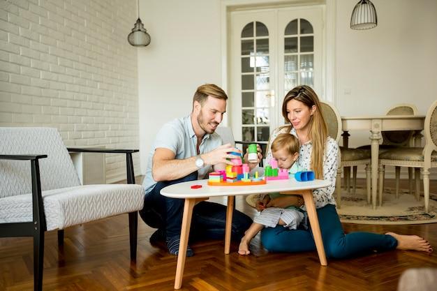 Família feliz brincando na sala de estar