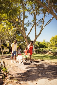 Família feliz caminhando juntos