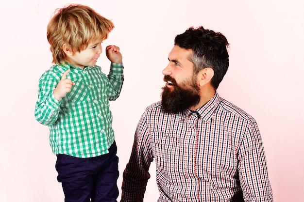 Família feliz. celebração do dia dos pais. pai e filho com camisas xadrez, olhando um para o outro. paternidade.