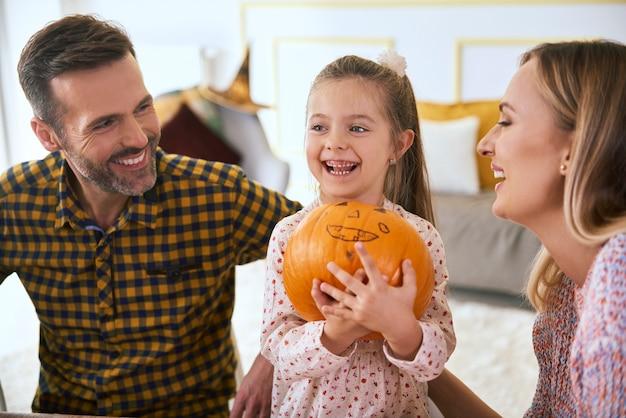 Família feliz com abóbora de halloween
