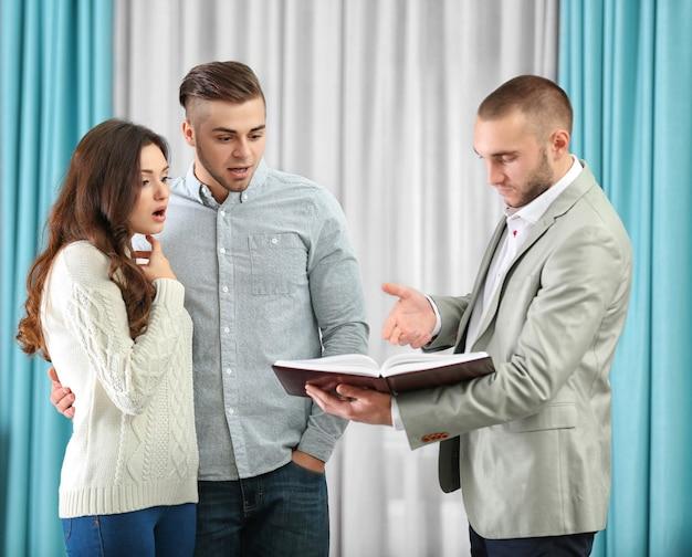Família feliz com agente imobiliário em casa nova