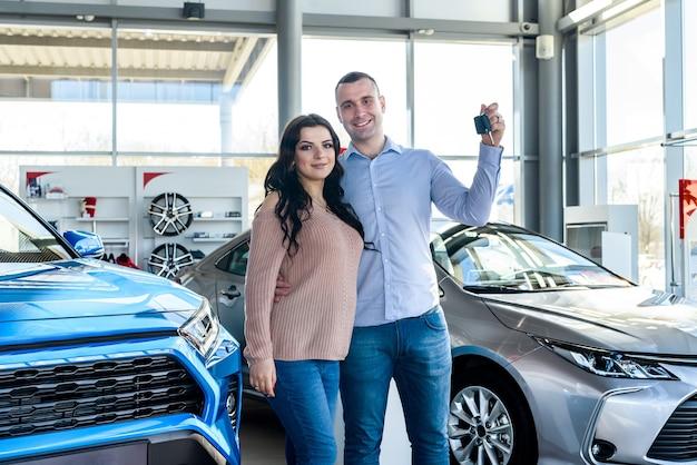 Família feliz com as chaves do carro novo