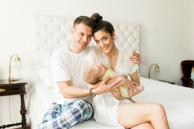 Família feliz com bebê recém-nascido