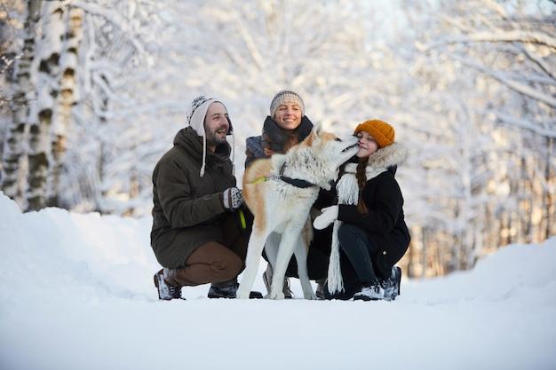 Família feliz com cachorro ao ar livre