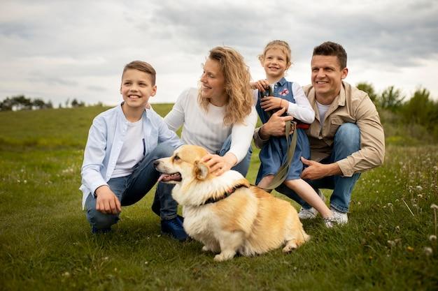 Família feliz com cachorro cheio de tiro