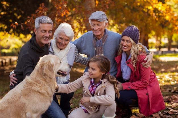 Família feliz com cachorro no parque