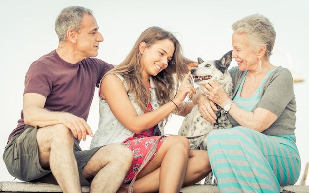 Família feliz com cachorro