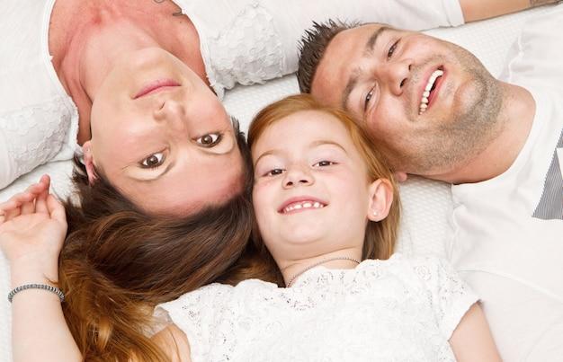 Família feliz, com, criança cama