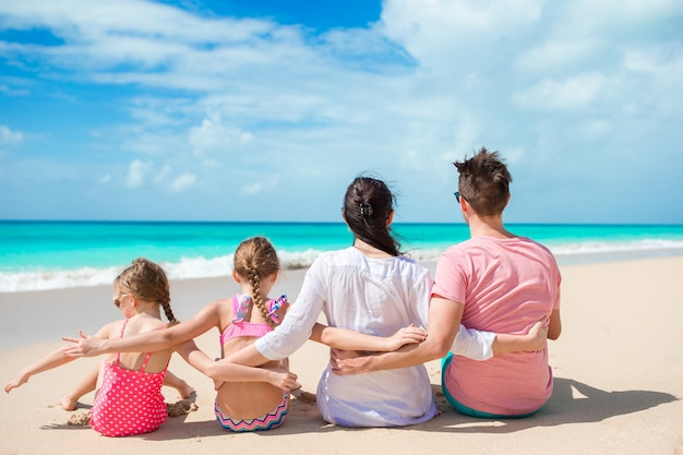 Família feliz com crianças na praia