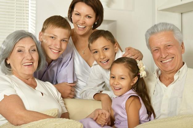 Família feliz com crianças no sofá da sala