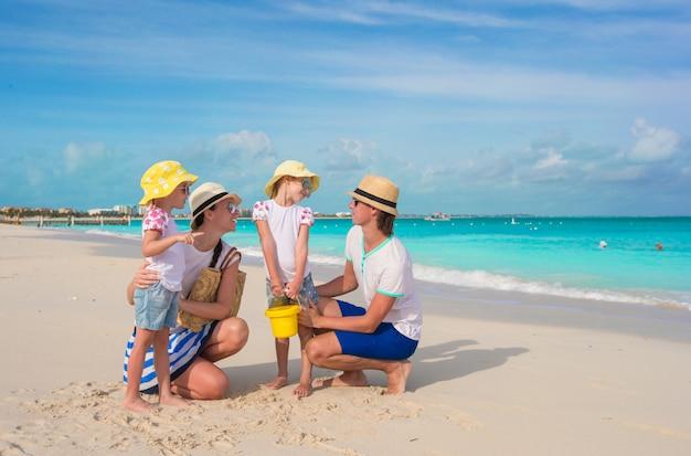 Família feliz, com dois filhos nas férias de verão