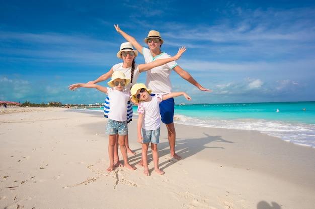Família feliz com duas garotas em férias de verão