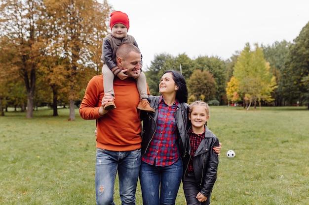 Família feliz com filhos no parque