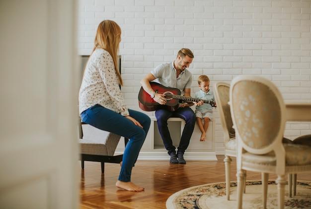 Família feliz, com, guitarra