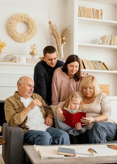 Família feliz com livro médio