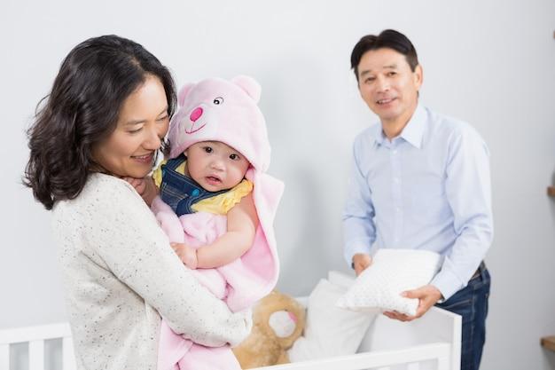 Família feliz com o bebê em casa