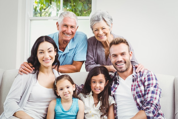 Família feliz com os avós