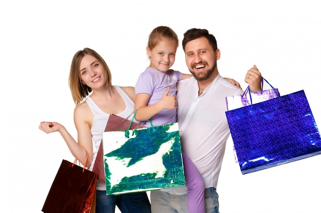 Família feliz com sacolas de compras
