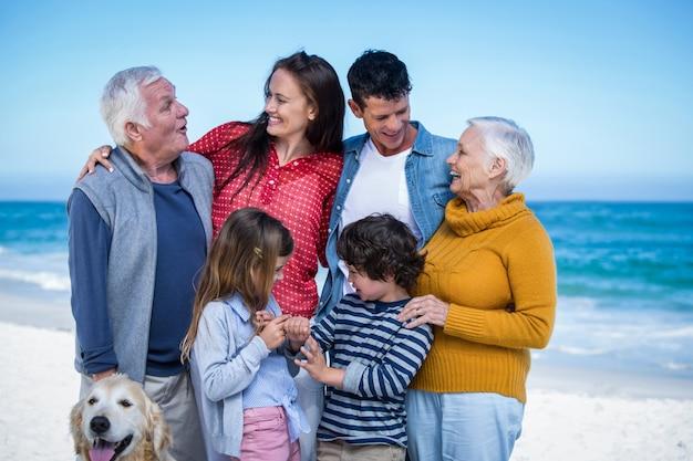 Família feliz com seu cachorro na praia