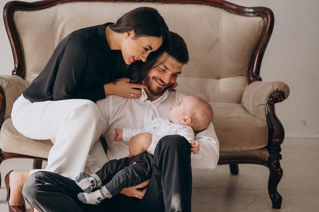 Família feliz com seu primeiro filho