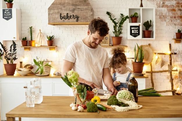 Família feliz com seus filhos cozinhando na cozinha