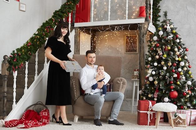 Família feliz com um bebê comemorando o natal