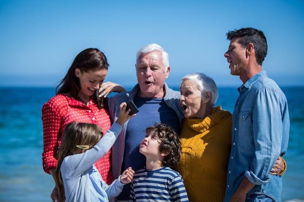 Família feliz com um smartphone