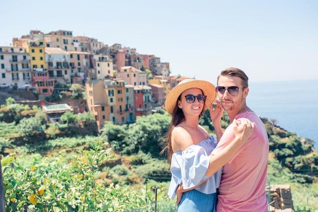 Família feliz, com, vista, de, a, antigas, cidade costeira, de, vernazza, parque nacional cinque terre, liguria, itália