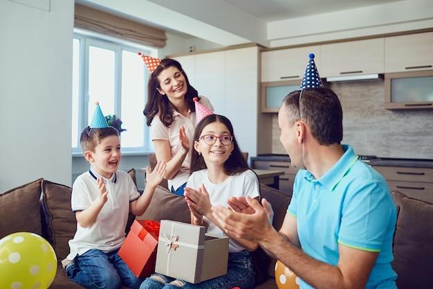 Família feliz comemora aniversário com um bolo de aniversário
