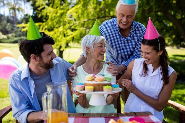 Família feliz, comemorando a festa de aniversário