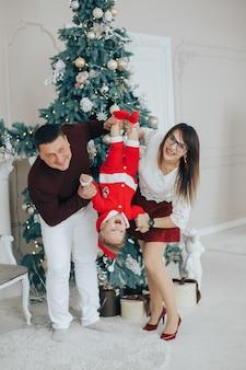 Família feliz comemorando as férias de inverno em casa
