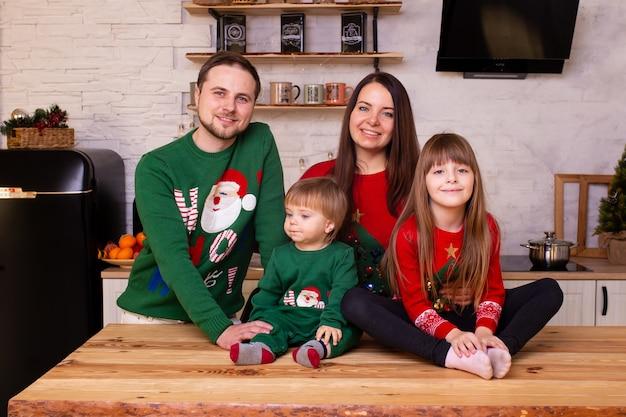 Família feliz comemorando o natal na cozinha
