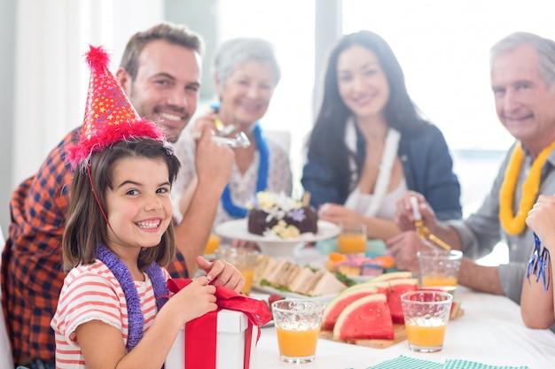Família feliz comemorando um aniversário
