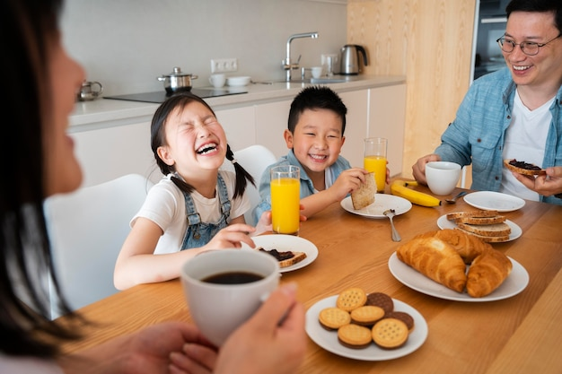 Família feliz comendo juntos