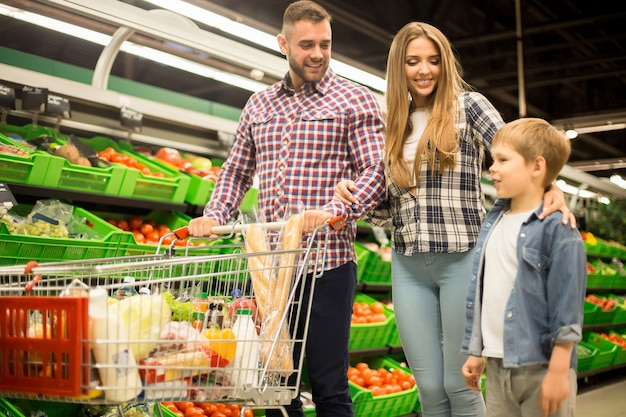 Família feliz comprando mantimentos no supermercado