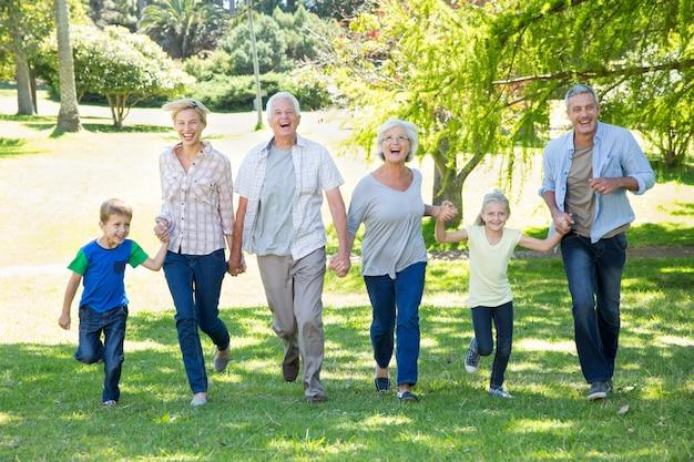 Família feliz correndo no parque