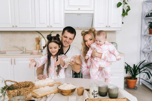 Família feliz cozinhando na cozinha