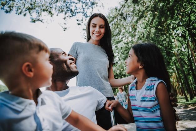 Família feliz, cuidando do homem em cadeira de rodas