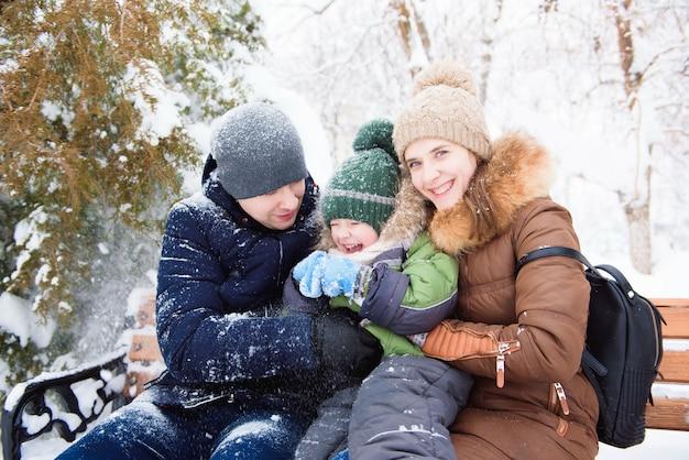 Família feliz dá um passeio no inverno a pé