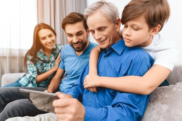 Família feliz de diabéticos estão passando tempo juntos.