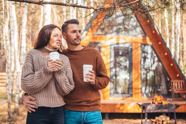 Família feliz de dois no terraço no outono