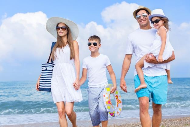 Família feliz de férias caminhando juntos