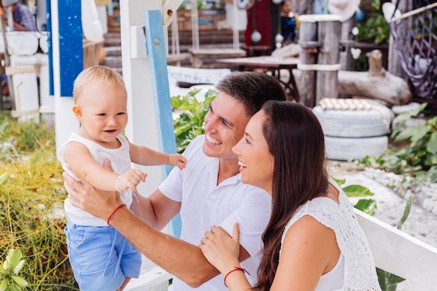 Família feliz de férias com o garotinho