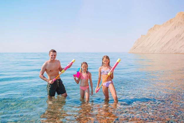 Família feliz de férias