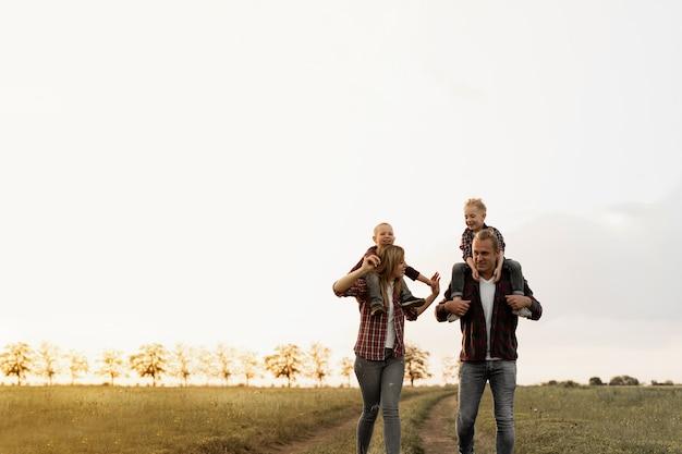 Família feliz de férias.