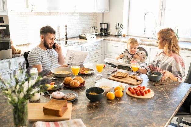 Família feliz de manhã