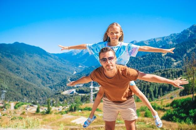 Família feliz de pai e filha nas montanhas nas férias de verão