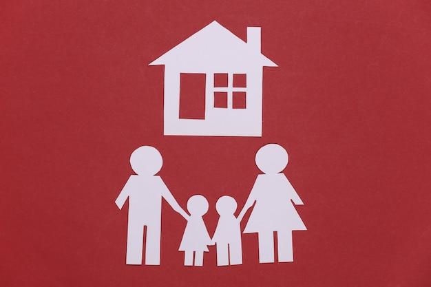 Família feliz de papel com a casa em vermelho