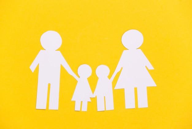 Família feliz de papel junta em amarelo.
