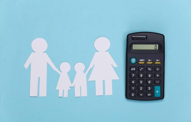 Família feliz de papel junto com a calculadora em azul. cálculo de despesas familiares, orçamento